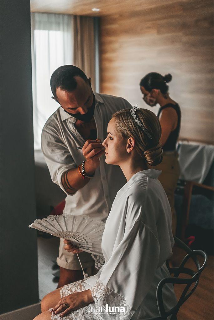 El maquillador, pieza fundamental para la novia. Pandemic Wedding - El Reportaje de Bodas de Mercedes & Juan