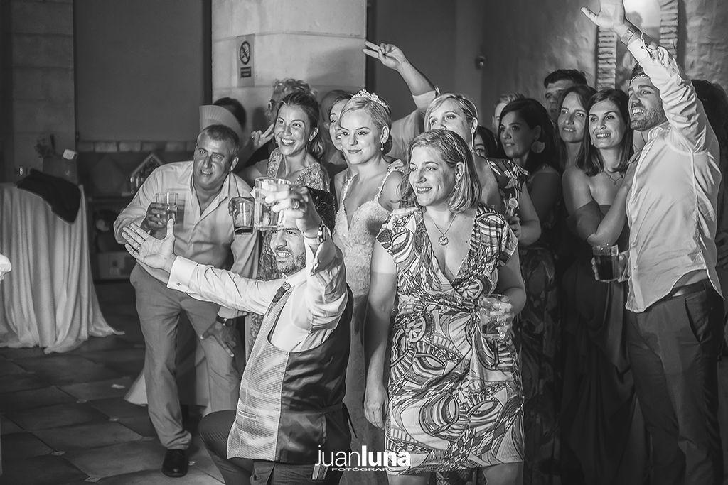 Los invitados a la boda ponen toda la salsa de la celebración. Pandemic Wedding - El Reportaje de Bodas de Mercedes & Juan