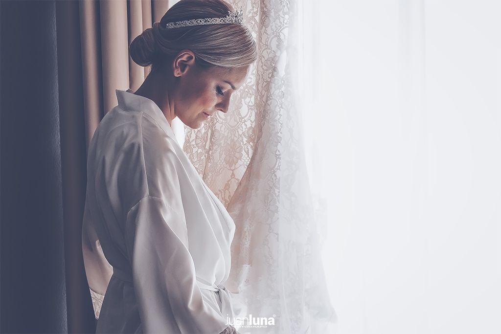 Concentracion de la novia. Una mezcla de ilusión y felicidad. Pandemic Wedding - El Reportaje de Bodas de Mercedes & Juan