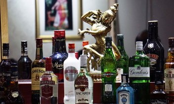 statue-bar