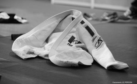 judo-kimono-au-sol