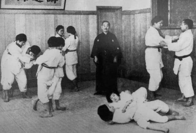 Jigoro Kano ministrando uma aula de judô feminino no Kodokan Joshi Bu - © Kodokan Institute