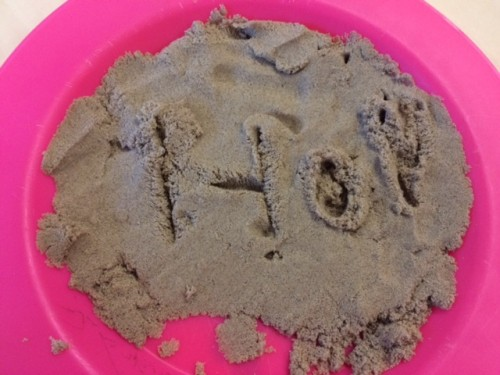 Schrijven in Kinetic Sand