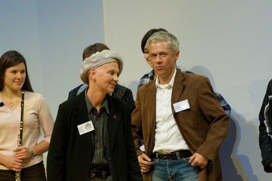 Die französische Autorin Marie-Aude Murail und ihr Übersetzer Tobias Scheffel nehmen den Preis entgegen.