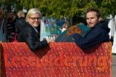 Rán Flygenring, Finn-Ole Heinrich auf der Bank vor dem Lesezelt // Foto: Ulf Cronenberg, Würzburg
