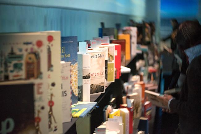 Sehr schmuck waren in der Präsentationshalle für den Buchmesse-Schwerpunkt Flandern & Niederlande die Bücher (hier Kinder- und Jugendbücher) ausgestellt…