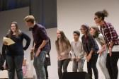 Die Jugendjury präsentiert die nominierten Bücher || © Foto: Ulf Cronenberg, Würzburg