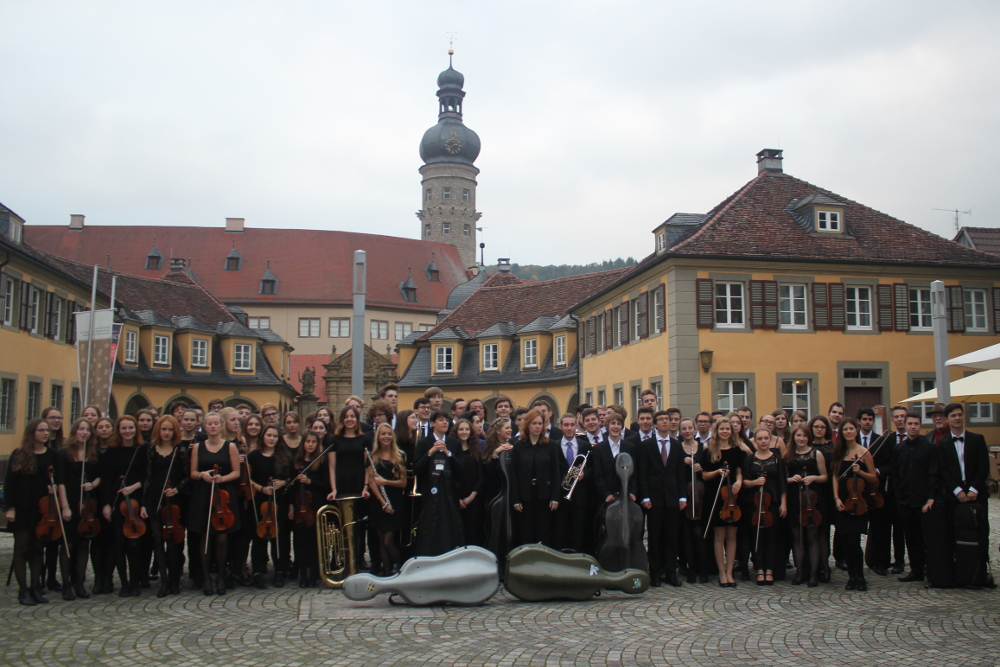 Das Jugendsinfonieorchester vor dem Schloss Weikersheim