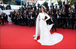 """Indian actress Sonam Kapoor arrives on red carpet for the screening of the film """"Mal de pierres"""" (From the Land of the Moon) in competition at the 69th Cannes Film Festival in Cannes, France, May 15, 2016.    REUTERS/Jean-Paul Pelissier"""