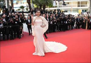 Actress Sonam Kapoor poses for photographers upon arrival at the screening of the film Loving at the 69th international film festival, Cannes, southern France, Monday, May 16, 2016. (AP Photo/Joel Ryan)