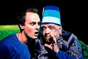 Kristian Gintberg spiller hovedrollen i Ramajetternes Jul. Han ses med Troels II Munk i en opførsel af Hodja fra Pjort