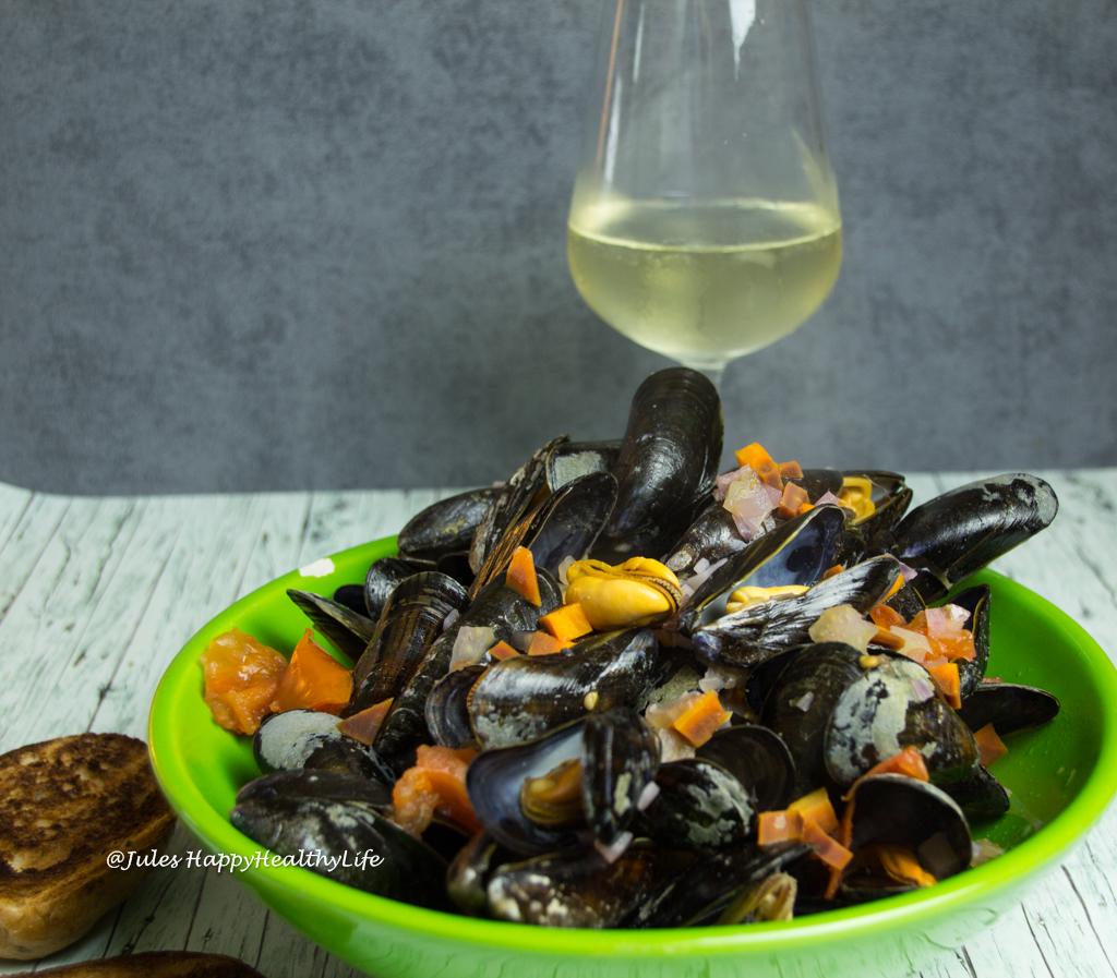 Serviert Miesmuscheln in Weißwein mit einem guten Wein