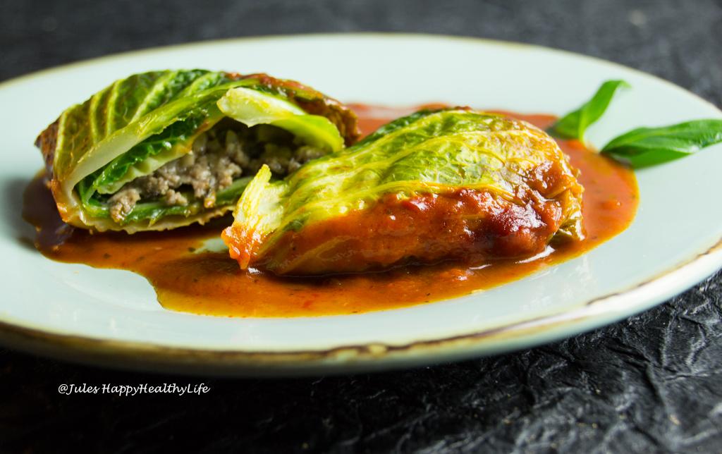 Wirsingrouladen Italienisch mit Pilzfüllung in Tomatensauce