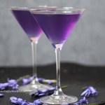 Natürliche Lebensmittelfarbe Butterfly Pea Flower im Lavendel Vodka Cocktail