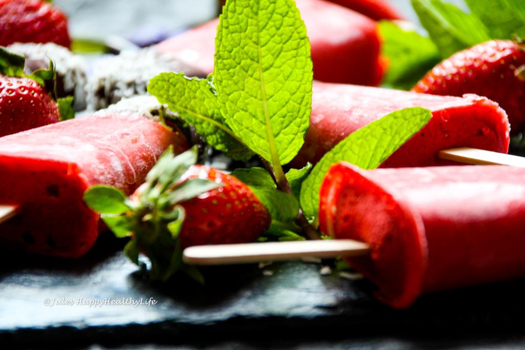 Rezept für glutenfreies Erdbeereis am Stiel mit Minze