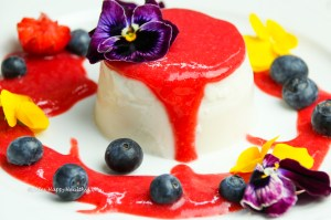Einfaches Rezept nicht nur für Veganer - Veganes Kokosnuss Panna Cotta mit Erdbeersoße