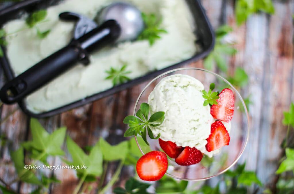 Veganes Waldmeister Eis mit frischen Erdbeeren