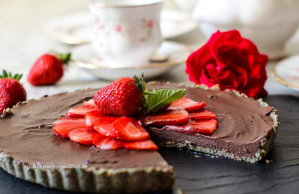 Erdbeeren ergänzen die Raw Schoko Ganache Tarte