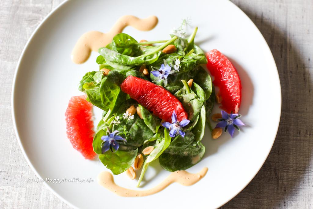 Veganes, glutenfreies Rezept für Baby Spinat Salat mit Erdnuss Dressing