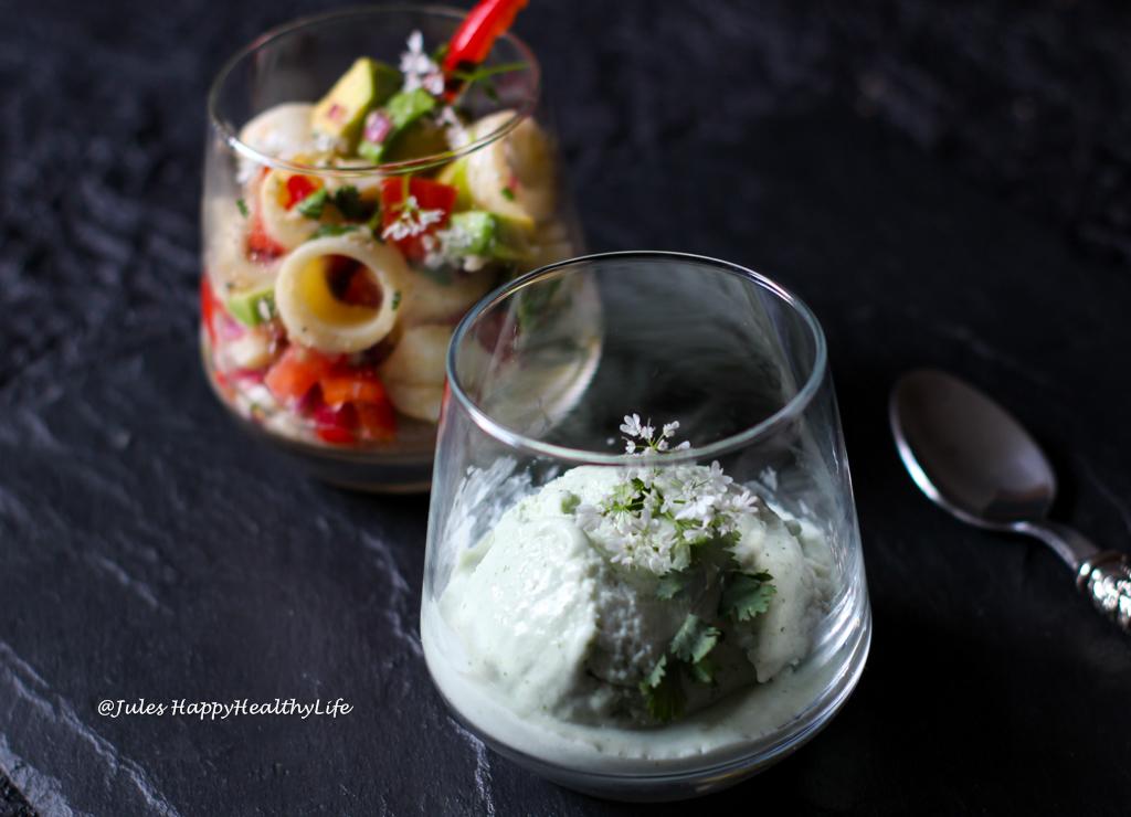 Palmherzen Cevice serviert mit Limetten Koriander Eiscreme