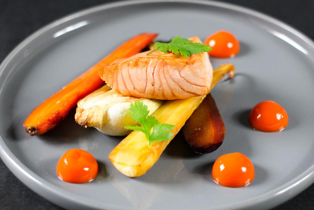 Einfaches Rezept Ofen gerösteter Pak Choy, Karotten mit Karotten Ingwer Gel und Lachs