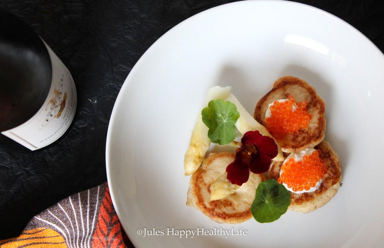Leckere und saftige Blumenkohl Blinis mit Lachs Kaviar