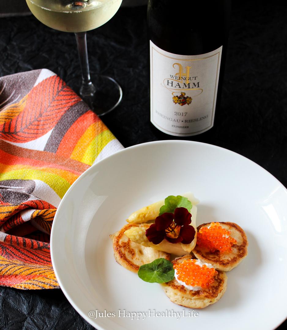 Weinbegleitung zu den Blumenkohl Blinis mit Lachs Kaviar ist der 2017 Rheingau Riesling feinherb vom Weingut Hamm