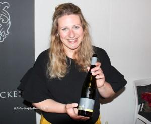 Bei dem charmanten Lächeln von Winzerin Christiane Koebernik trinkt es sich doch noch besser.