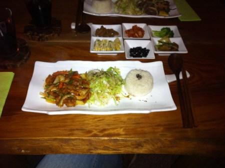 """Das Abendessen im Dabangg. Vorne im Bild """"Dak Bulgogi"""", in der Mitte die Beilagen, hinten Bulgogi."""