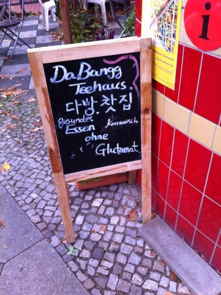 Vor dem Dabangg steht eine kleine Tafel, auf der ausdrücklich darauf hingewiesen wird, dass das Essen dort gesund und ohne Glutamat ist.