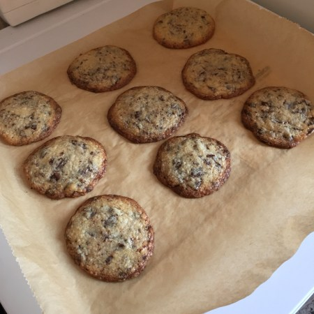 "Backblech mit neun ""Tollhouse Chocolate Chip Cookies""."