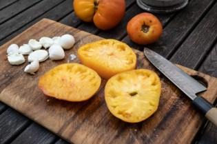 Tomaten und Mozzarella schneiden