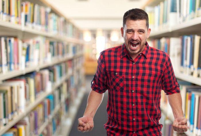 Bibliotecario gritando