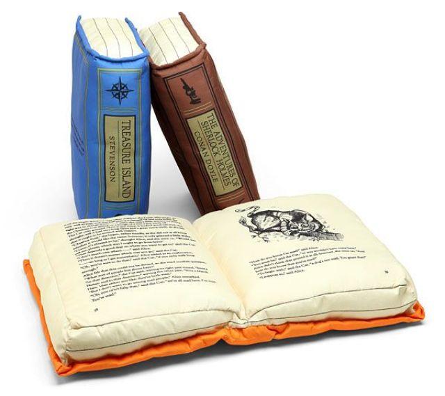 Cojines con forma de libro antiguo