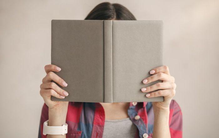 Cuando se presta un libro a un amigo existen altas probabilidades de que se pierdan ambos