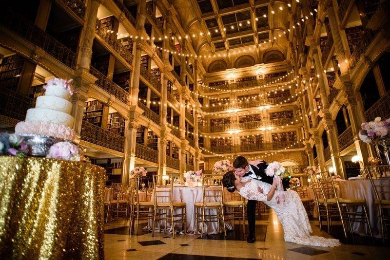 Espectacular imagen de recién casados en la Biblioteca George Peabody
