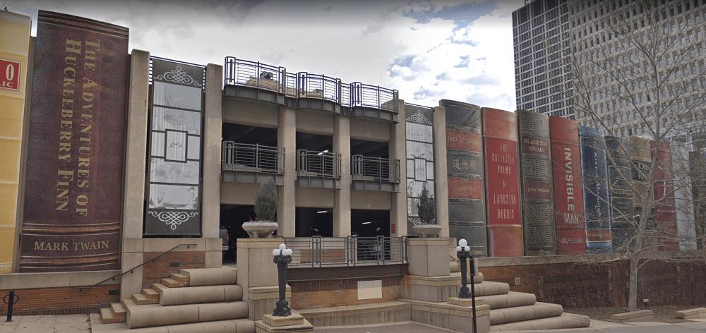 La espectacular fachada del aparcamiento de la Biblioteca Pública Central de Kansas City