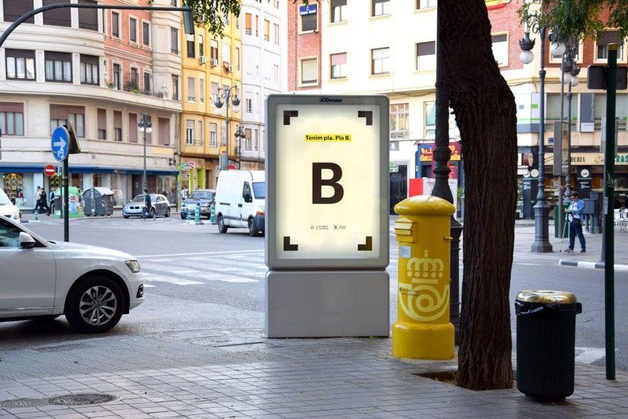 Publicidad exterior en mobiliario urbano de la nueva identidad visual corporativa de la Red de Bibliotecas Municipales de Valencia