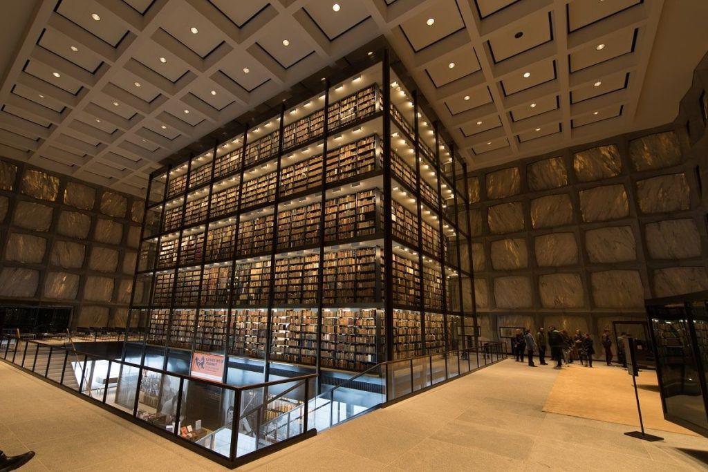 Torre de cristal libros raros de la Biblioteca Beinecke y filtrado de la luz