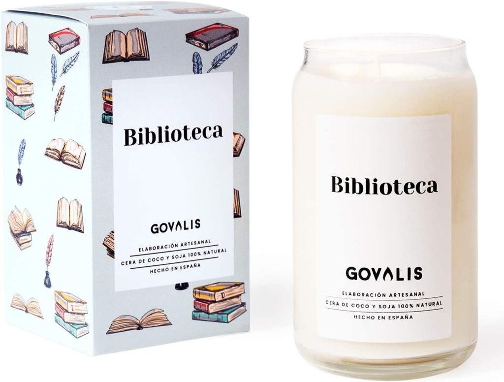 Vela perfumada con olor a biblioteca