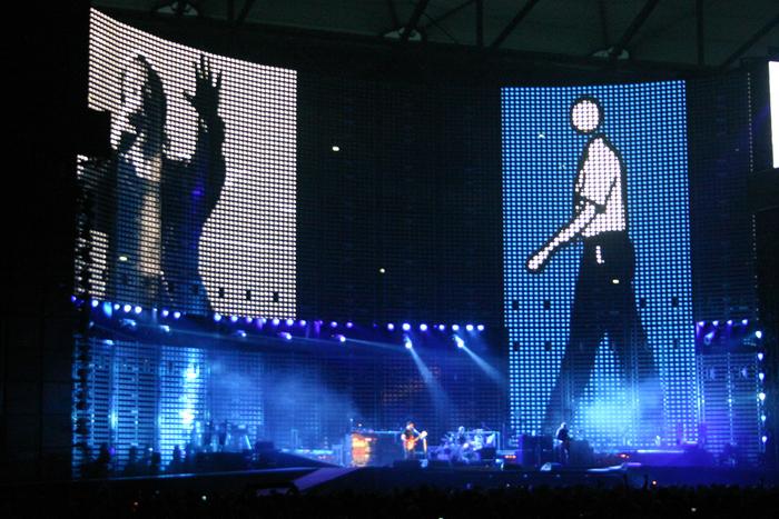 Projeção de Julian Opie durante a turnê Vertigo, da banda U2, em 2005