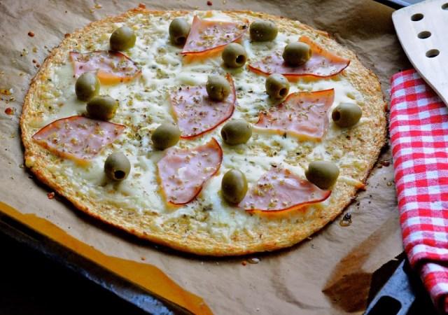 blomkålspizza med skinke og oliven