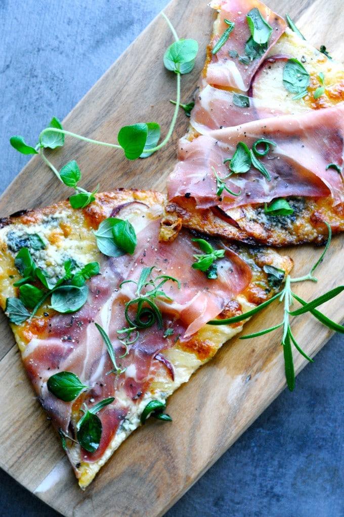 Blomkålspizza opskrift med parmaskinke og blåskimmel | www.juliekarla.dk