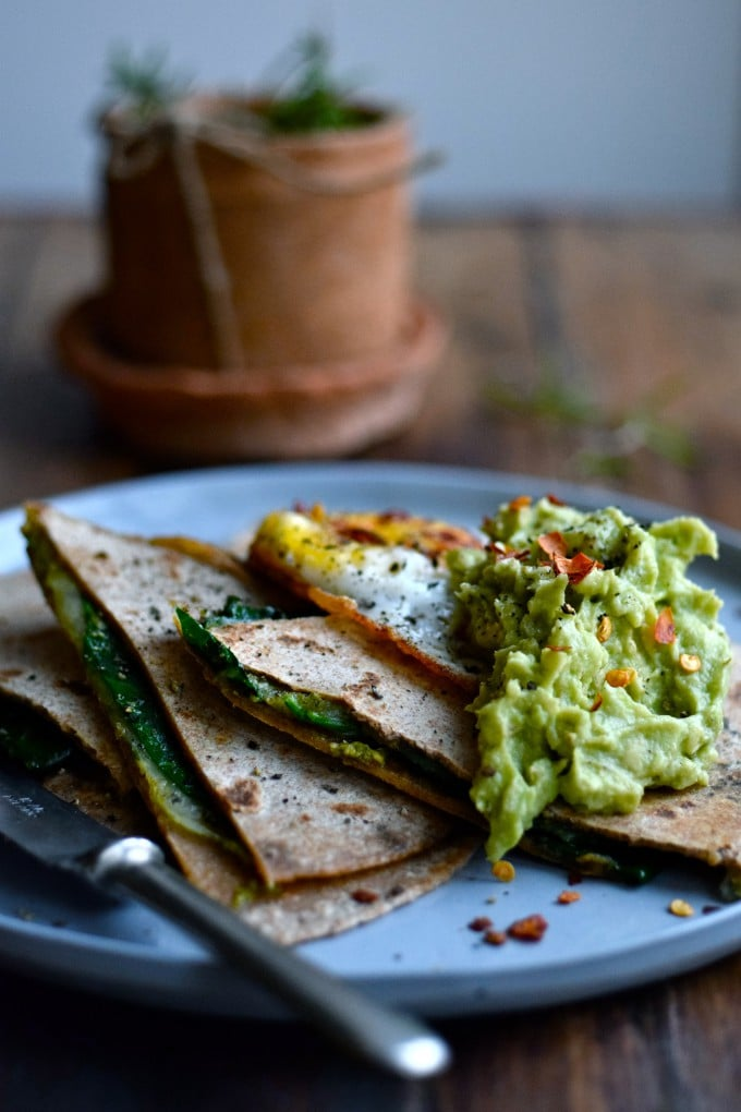 Quesadillas med ost, pesto og spinat