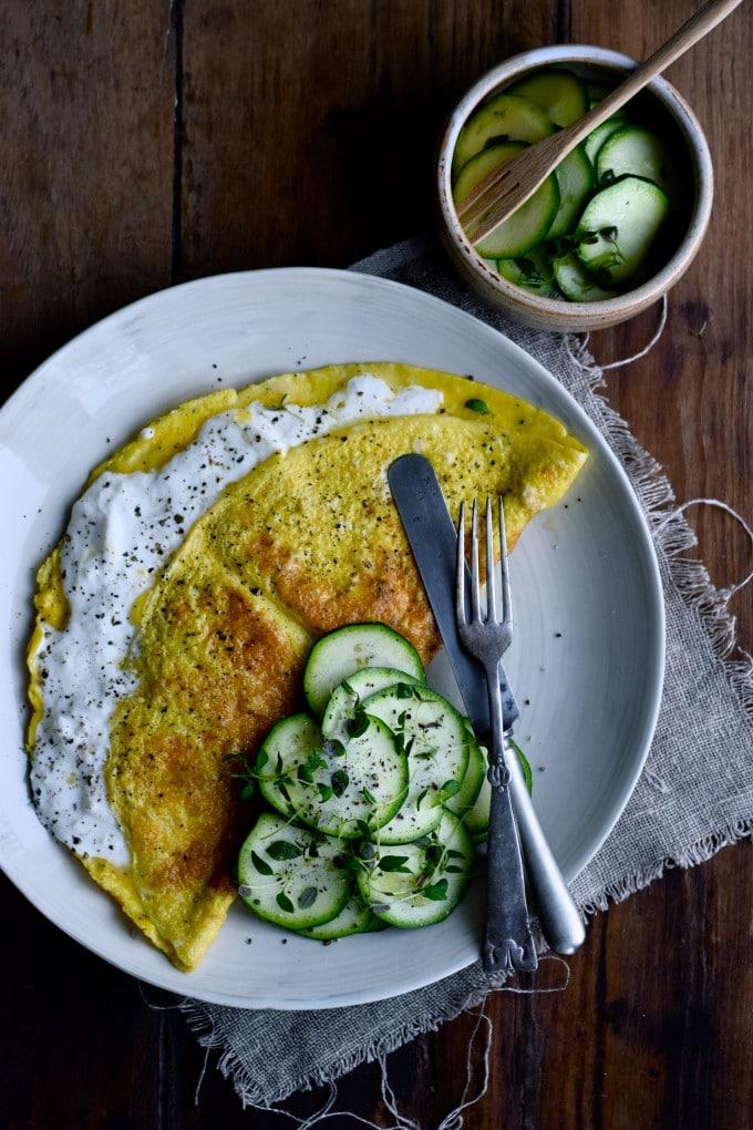 Omelet til morgenmad med burrata og squash