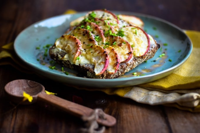 Rugbrød med Krystal ost og æble