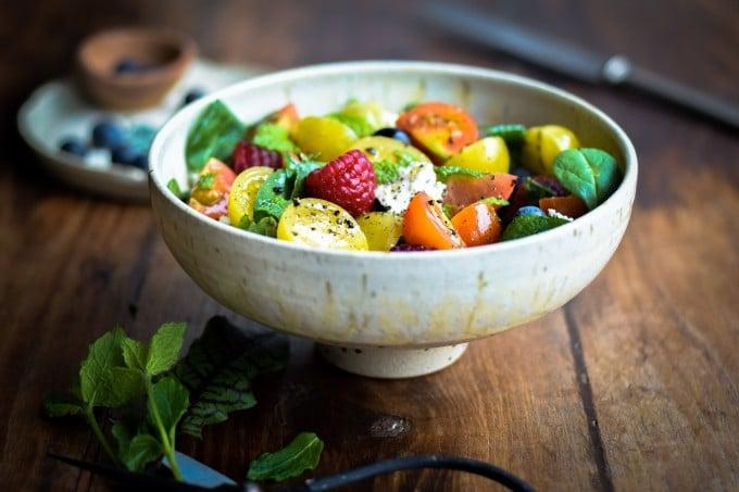 Lækker sommersalat med tomater og bær