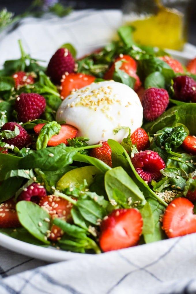 salat med bær til grillmad