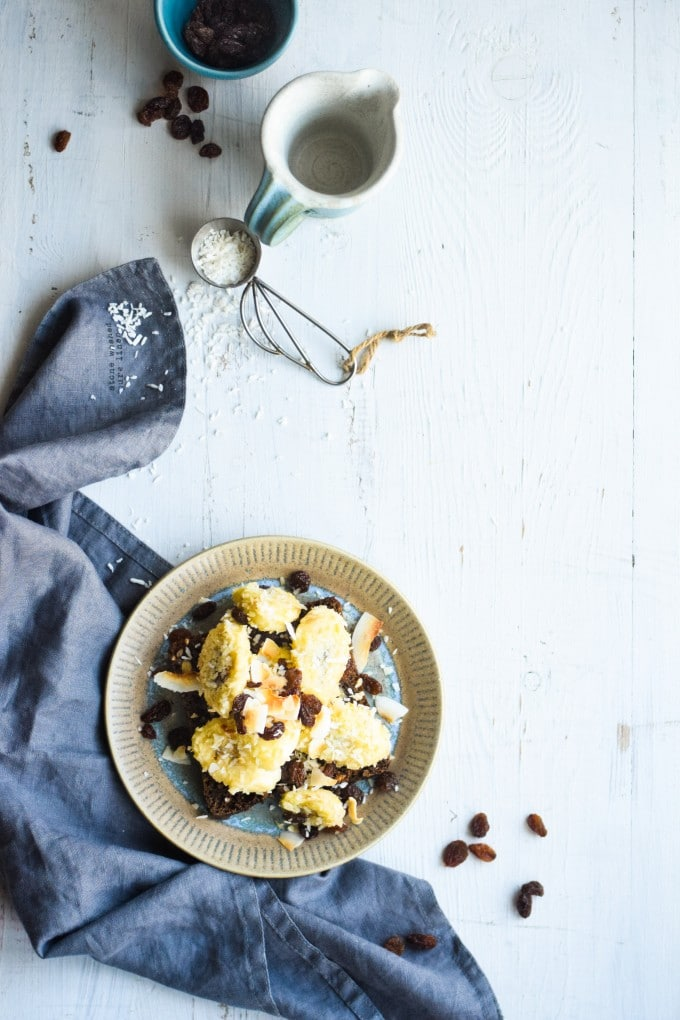 stegte bananer med kokos og rosiner på rugbroed