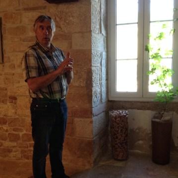 Patrice Rion en plein explication géologique